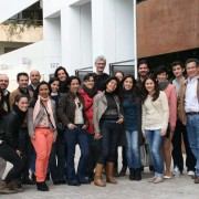 Luis De Garrido con alumnos.